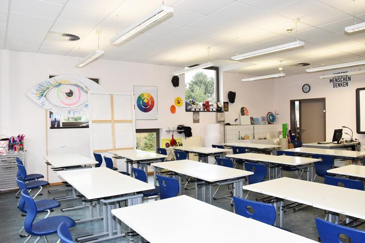Gesamtschule Woltersdorf der FAWZ gGmbH_Schulgebaeude_OG_220_Kunst_hinten links