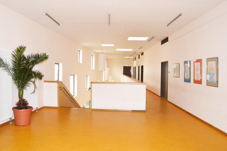Gesamtschule Woltersdorf der FAWZ gGmbH_Schulgebaeude_OG_Galerie_hinten