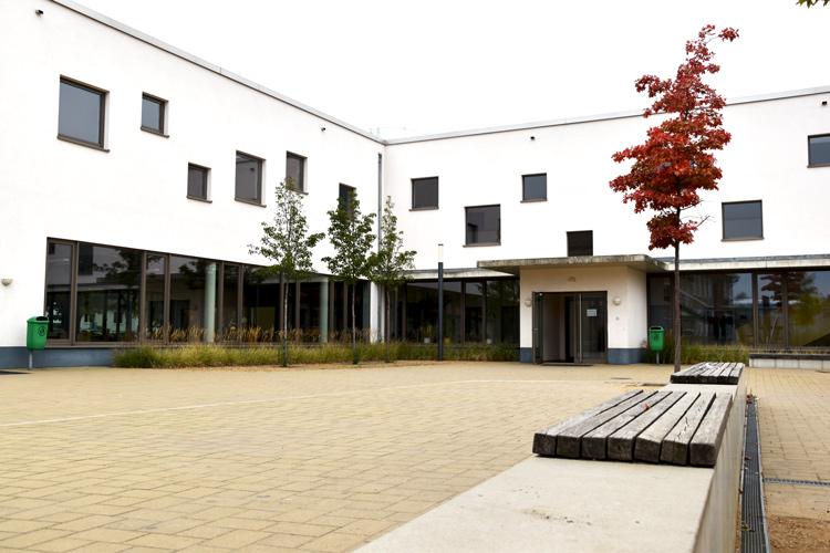 Gesamtschule Woltersdorf der FAWZ gGmbH_Schulgebaeude_vor der Schule 1
