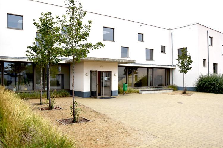 Gesamtschule Woltersdorf der FAWZ gGmbH_Schulgebaeude_vor der Schule 2